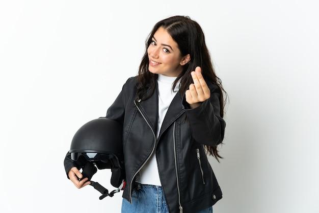 Женщина, держащая мотоциклетный шлем изолирована