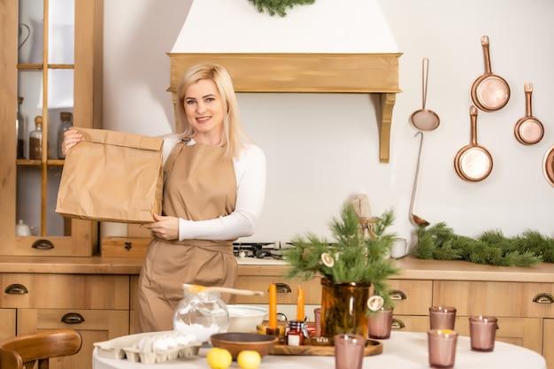 배달의 패키지를 들고 아름 다운 여자입니다. 코로나바이러스 기간 동안 베이커리 바에서 배달 음식을 준비하는 작업자