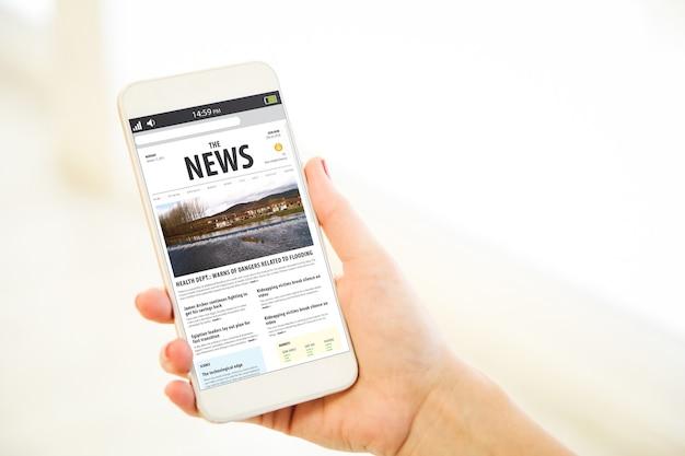 Женщина, держащая универсальный смартфон из розового золота, показывает новости