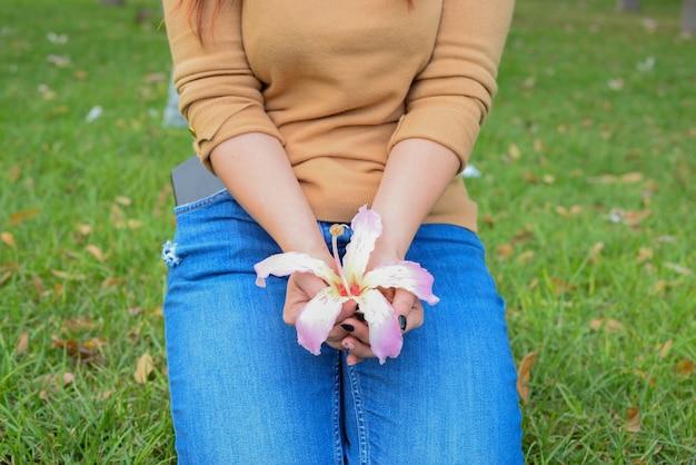 Женщина держит в руках розовую орхидею
