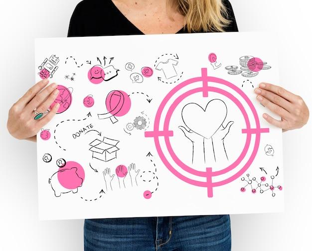 Женщина держит плакат с пожертвованиями и благотворительными рисунками