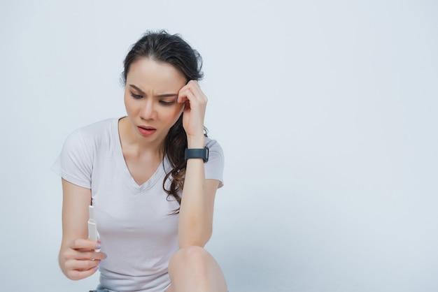 Женщина, держащая тест на беременность
