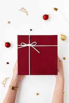 赤いプレゼントを持っている女性