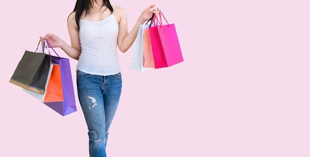 쇼핑 종이 가방을 들고 여자 핑크 배경