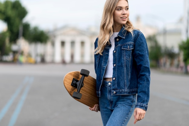 スケートボードを保持している女性