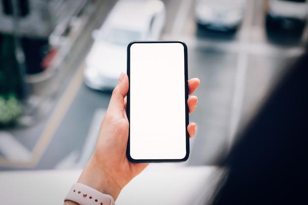 スマートフォンを持つ女性。ライフスタイルに携帯電話を使用する。