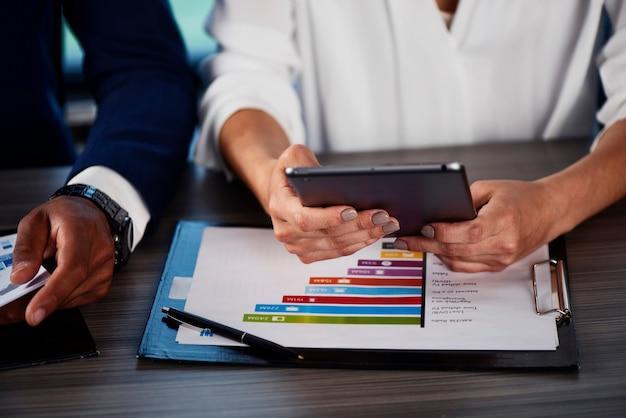 Женщина, держащая планшет во время рабочей встречи