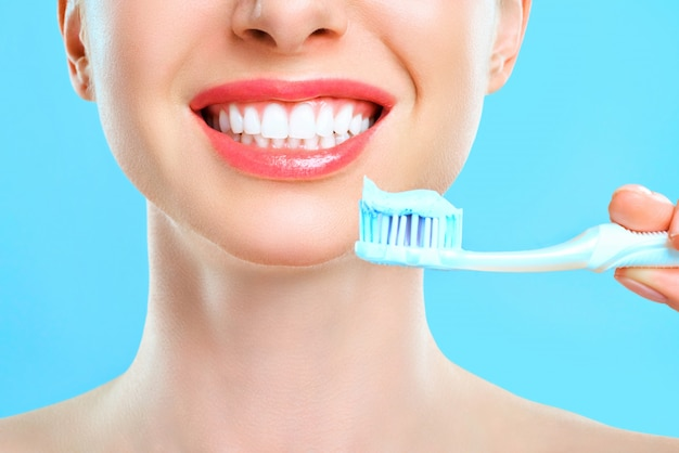 歯ブラシを手に持って笑顔の女性