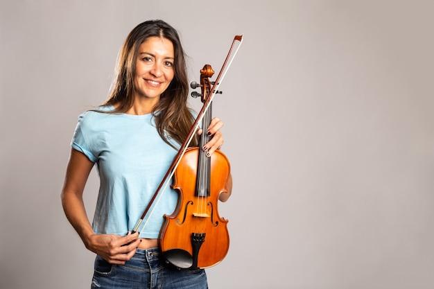 Женщина, держащая скрипку