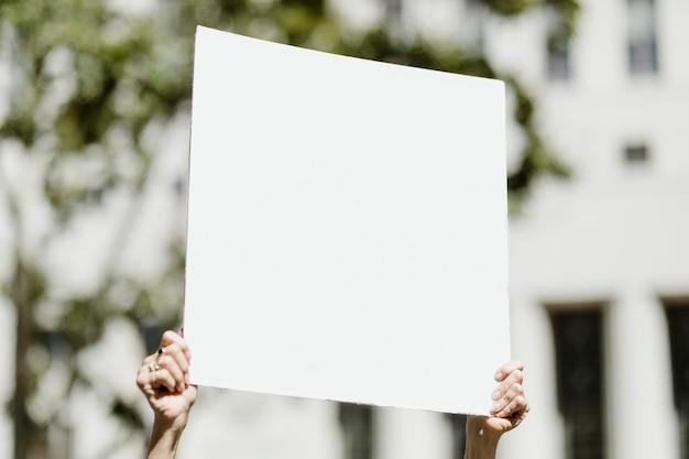 흑인 생명 문제 시위에서 카피 공간이 있는 흰색 플래카드를 들고 있는 여성