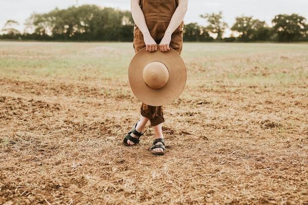 広いつばの麦わら帽子をかぶった女性