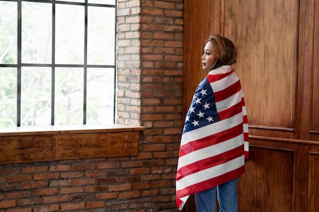 Женщина, держащая американский флаг