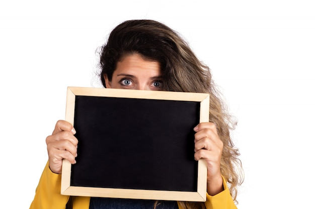 空の黒板を保持している女性
