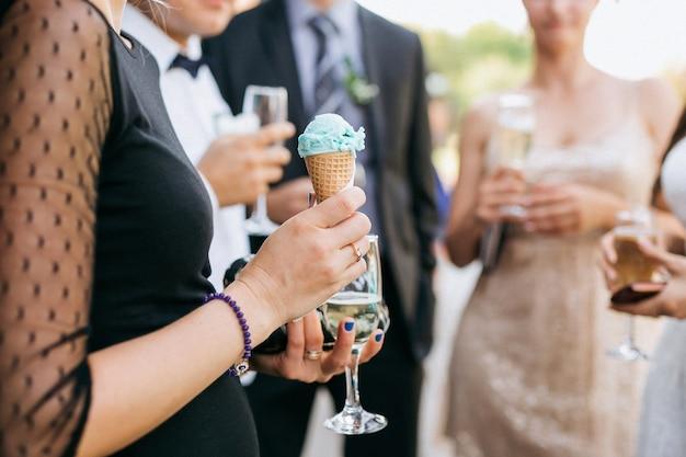 パーティーでアイスクリームを保持している女性