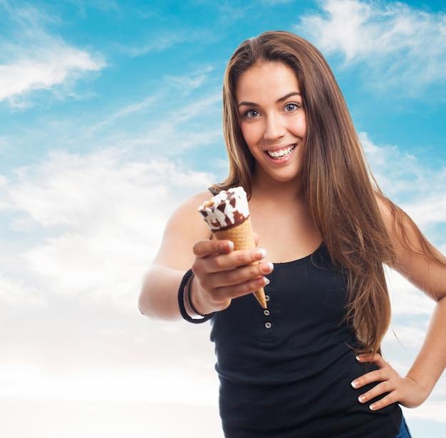 アイスクリームを保持女