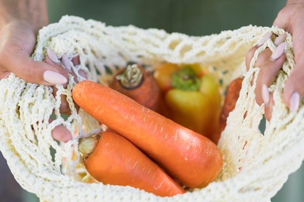 開いた健康食品の袋を保持している女性