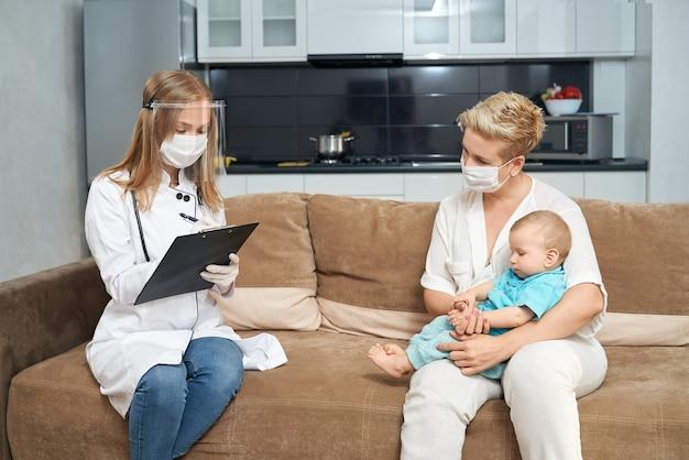Женщина, держащая ребенка во время записи врача в буфере обмена