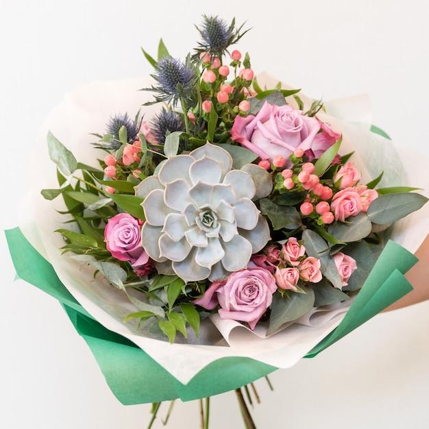 여자가 아름 다운 꽃 꽃다발을 들고