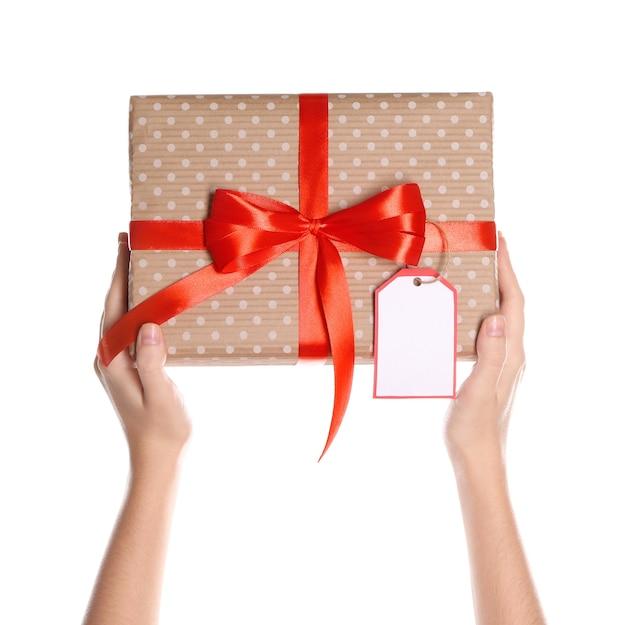 Женщина, держащая красивую подарочную коробку на белом