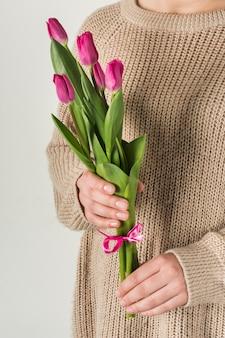 Женщина, держащая красивые тюльпаны