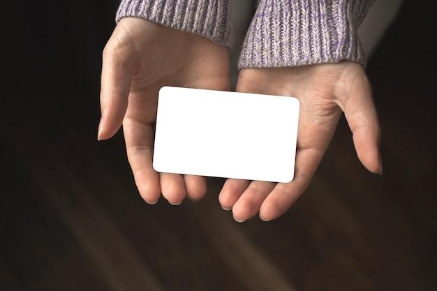 빈 신용 카드 모형을 들고 있는 여자, 검은색 종이 카드를 제공하는 소녀, 비즈니스 템플릿 사진