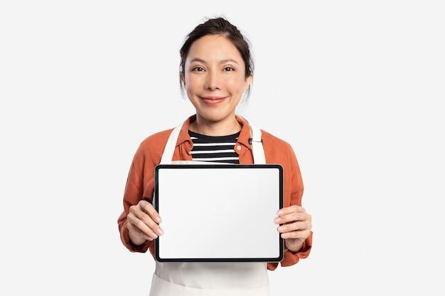 디자인 공간이 있는 빈 태블릿을 들고 있는 여성