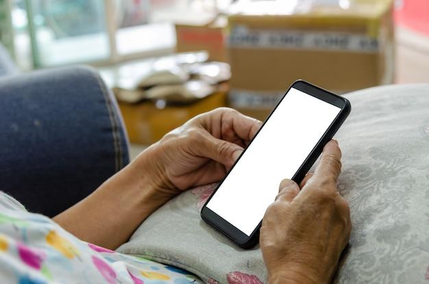 빈 흰색 화면 휴대 전화를 손에 들고 여자.