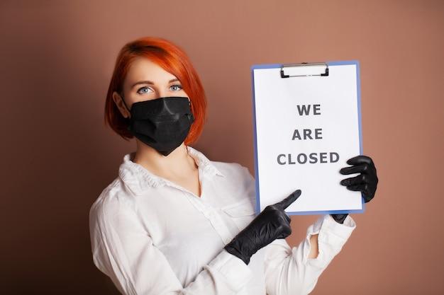 碑文が空白になっている女性は閉じられていますcovid-19の拡散を停止するよう求めています