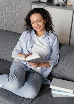 本を持っている女性ミディアムショット