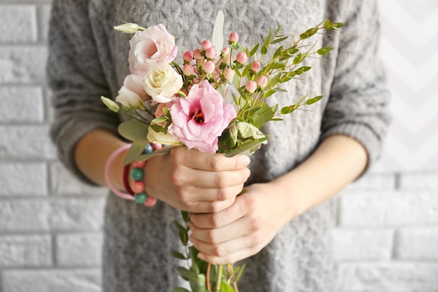 生花の花束を持っている女性