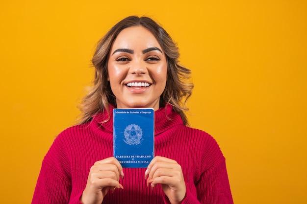 텍스트를 위한 공간이 있는 브라질 작업 카드를 들고 있는 여자.