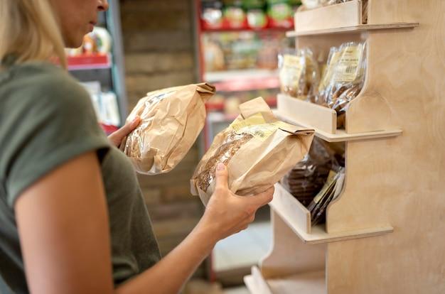 パンを持っている女性のクローズアップ 無料写真