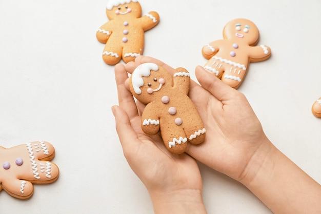 Женщина, держащая рождественское печенье изолирована