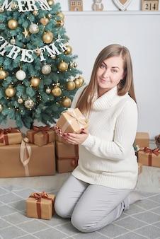 クリスマスプレゼントを持っている女性