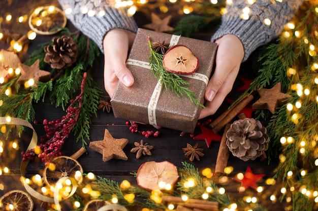 Женщина, держащая рождественский подарок