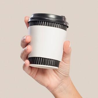 Donna che tiene una tazza di caffè con spazio per il design della manica