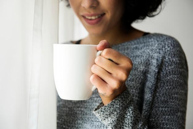 Женщина, держащая чашку кофе