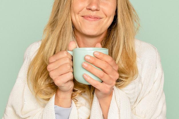 Donna che tiene la tazza da caffè Foto Gratuite