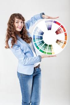 カラーホイールを保持している女性