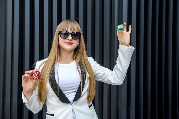 다채로운 포커 칩을 들고 여자입니다. 도박 테마