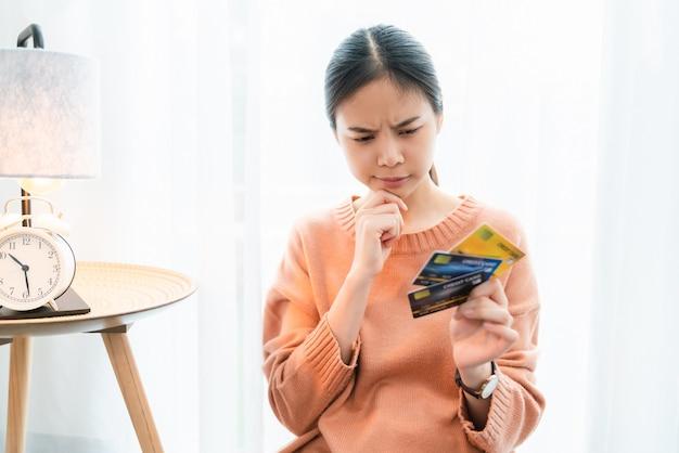 クレジットカードを保持している女性。
