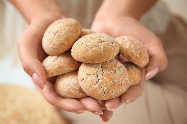 Женщина, держащая вкусное печенье, крупным планом