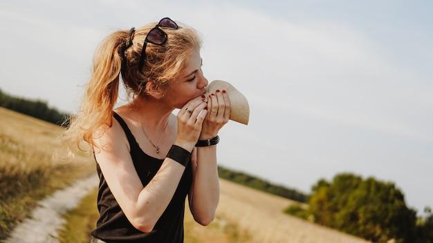 Женщина, держащая вкусный тако, крупным планом. женщина в живописном поле