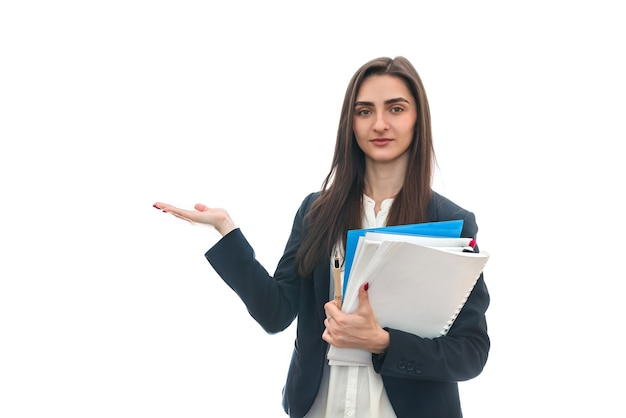 Женщина, держащая разные папки, изолированные на белой стене