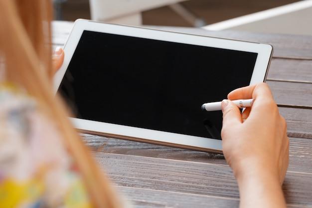 Женщина, держащая цифровой планшет, крупным планом