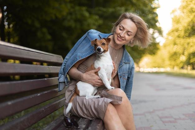 Женщина, держащая собаку средний выстрел