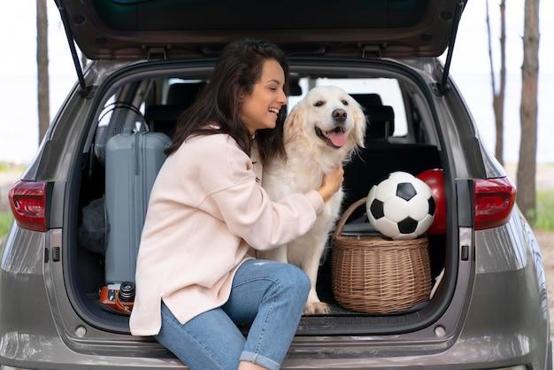 Donna che tiene cane colpo medio Foto Gratuite
