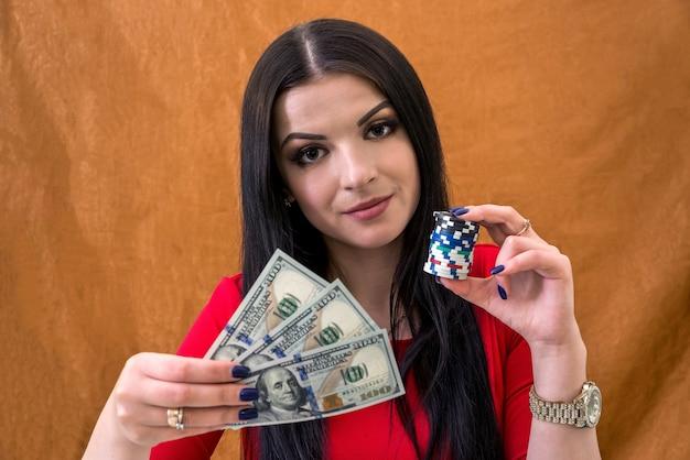Женщина, держащая доллары и фишки в казино