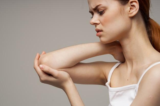 Женщина, держащая боль в локте, остеопороз, проблемы со здоровьем