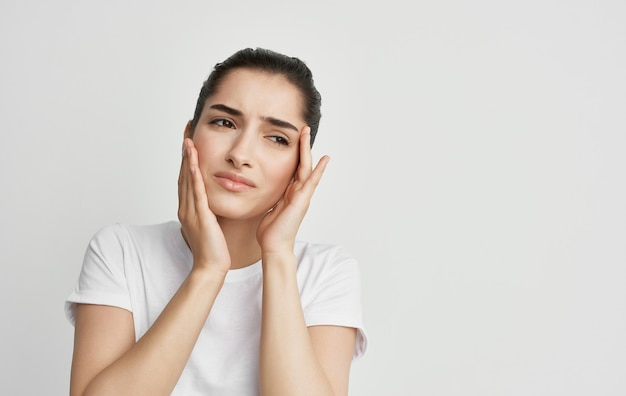 顔の頭痛と片頭痛の健康問題を抱えている女性